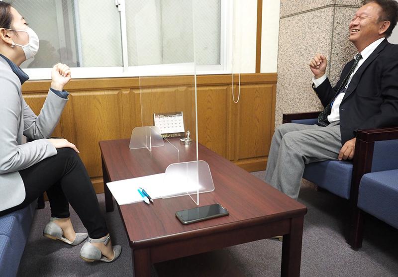 写真:インタビューの様子2